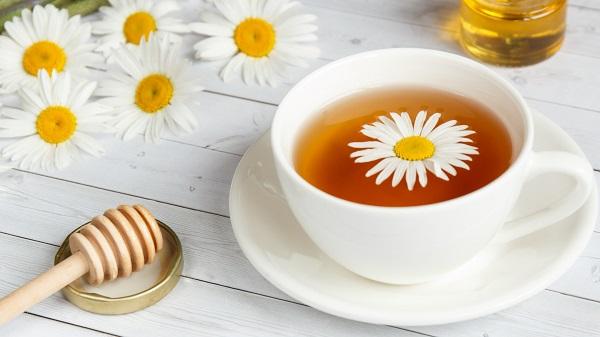 zaparzony kwiat rumianku na problemy z żołądkiem